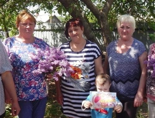 В день семьи супруги из хутора Парамонова получили открытки и букеты сирени